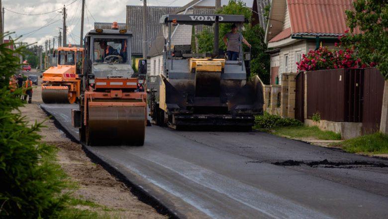 На улицах Дзержинска появляется новый асфальт. Как ЖКХ занимается благоустройством дорог (дополнено)