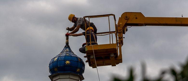 Фотофакт. На Свято-Покровской церкви в Дзержинске заменили крепления крестов