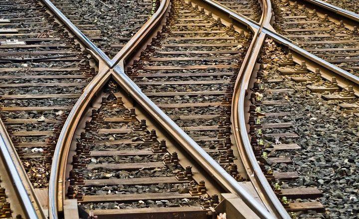 Замыкание ж/д путей проволокой в трех районах области, в том числе Дзержинском, обнаружили за выходные