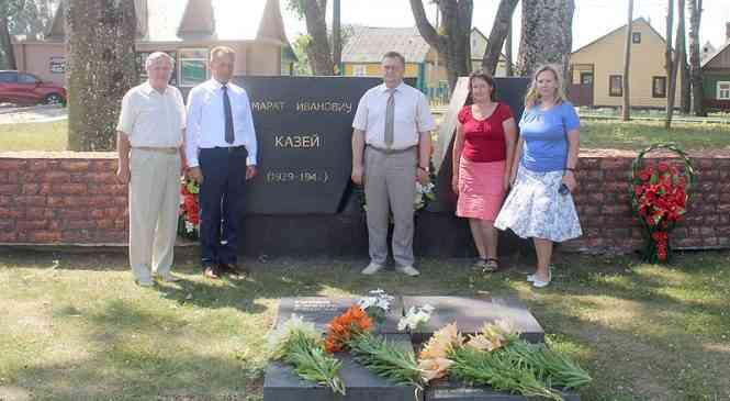 Депутат парламента возложил цветы к могиле Героя