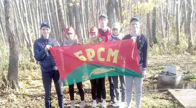 Волонтеры БРСМ из Борового в Неделю экологии очистили родник в д. Костевичи