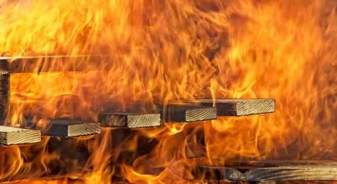 На пожаре в Дзержинском районе серьезно обгорел мужчина