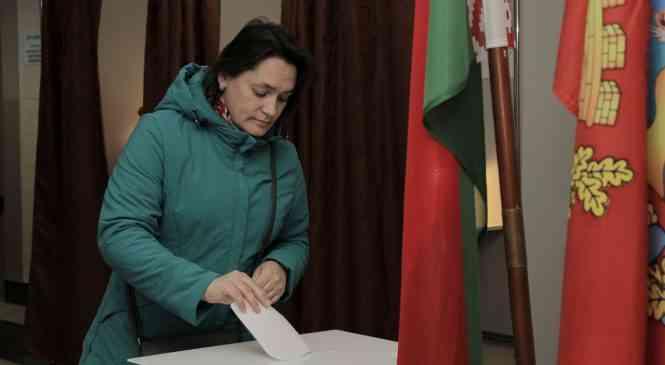Голосует «частный сектор»: в СШ №4 г. Дзержинска работают два участка для голосования