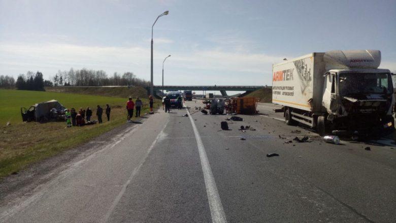 Недалеко от Дзержинска фура протаранила две машины дорожников