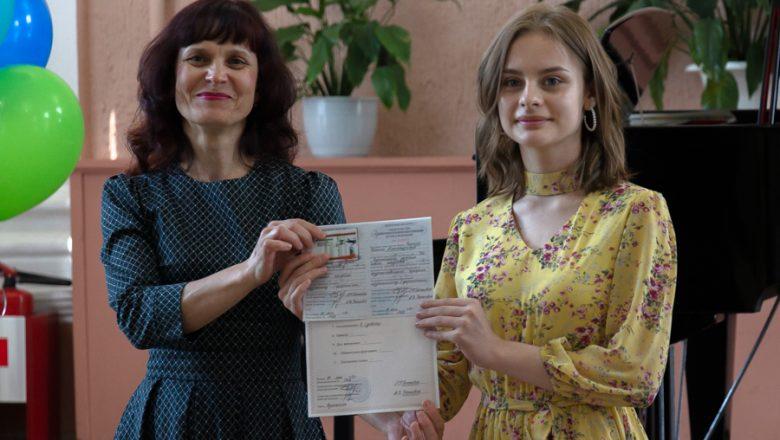 Выпускной вечер прошел в Дзержинской школе искусств. 54 ученика получили аттестаты об окончании